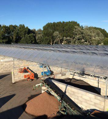 Folie-overkappingen gemonteerd op betonblokken